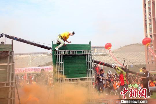 图为参演学生进行高空逃生演练。 王世龙 摄