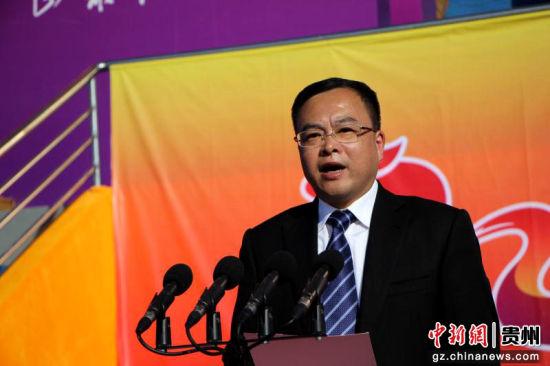 中共沿河土家族自治县委书记任廷�赏�志致辞。