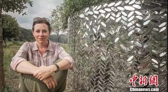 劳拉创作蛇形墙。 周燕玲 摄