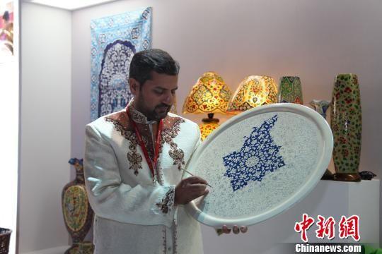 来自巴基斯坦的手工艺大师在展示特色工艺品。 瞿宏伦 摄