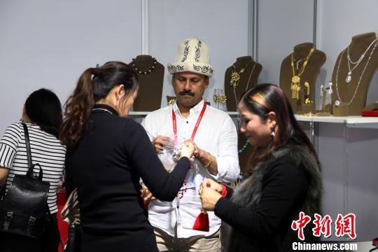 图为两名顾客正在选购土耳其参展商的饰品。 瞿宏伦 摄