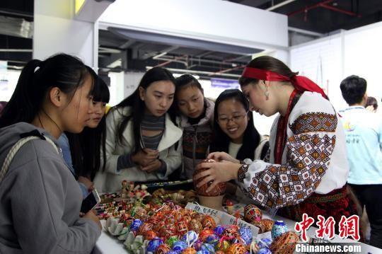 图为乌克兰参展商正在给顾客介绍鸵鸟蛋壳的来源。 瞿宏伦 摄