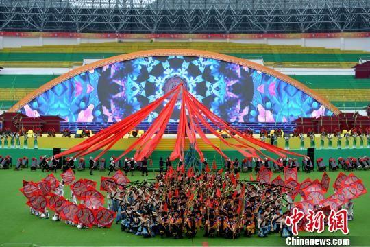 三都县举行60周年县庆文艺表演。 黄庆松 摄