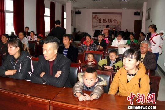 受清华大学第一附属医院帮助,贵州15名先天性心脏病患儿将赴北京检查治疗。19日上午,六盘水市水城县在该县人民医院召开护送者座谈会,并与各患者家属签订承诺书。 朱家艳 摄