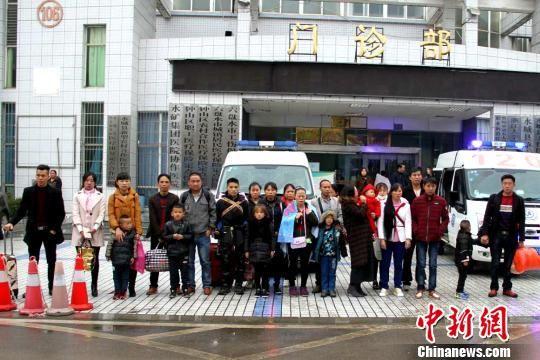 受清华大学第一附属医院帮助,贵州15名先天性心脏病患儿将赴北京检查治疗。图为患儿及家属行前合影。 朱家艳 摄