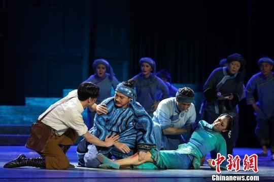 图为第二幕《义》,讲述日本士兵铃木到水寨后,医治好被毒蛇咬伤的阿诺棉,于是水族民众接受了远道而来的客人。 贺俊怡 摄