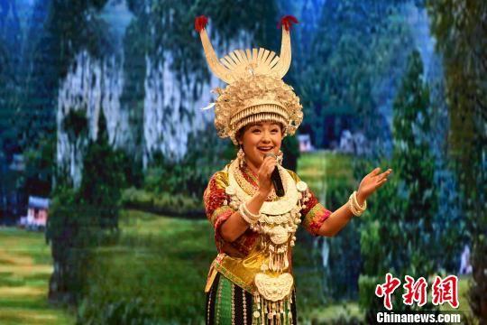 图为贵州著名歌唱演员阿幼朵演唱。 莫成雄 摄