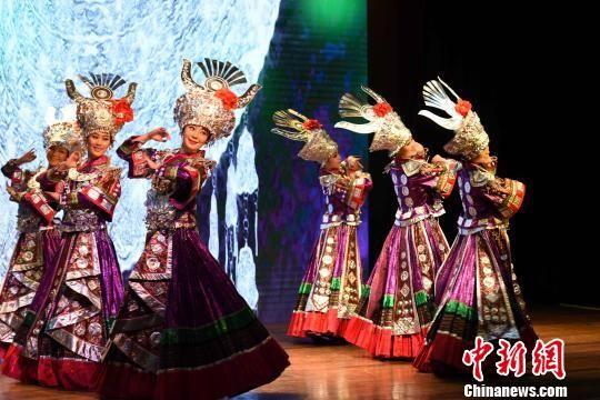 """图为""""多彩贵州""""艺术团表演歌舞。 莫成雄 摄"""
