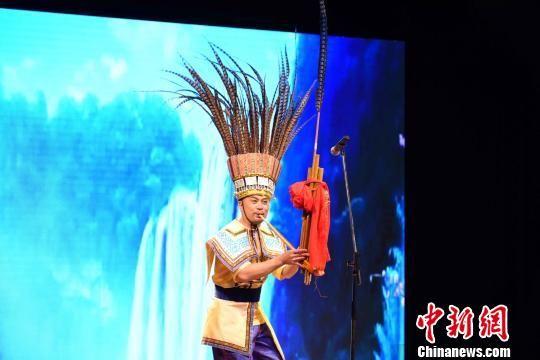 """图为""""多彩贵州""""艺术团表演芦笙独奏。 莫成雄 摄"""