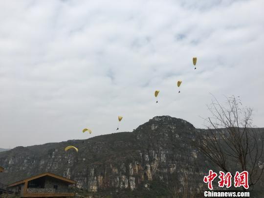 滑翔伞体验。 刘鹏 摄