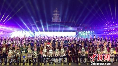 图为开幕式现场,由黎平县村寨歌队、干部群众10288名歌手组成万人侗族大歌合唱团唱响侗族大歌。 袁超 摄