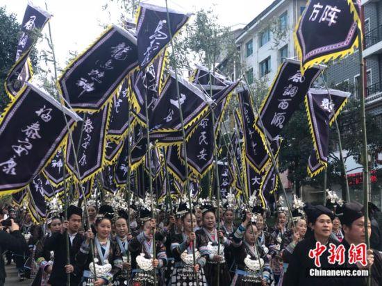 图为18日黎平县举行的2017中国侗年暨第八届黎平·中国侗文化旅游节非遗文化巡游活动。袁超 摄