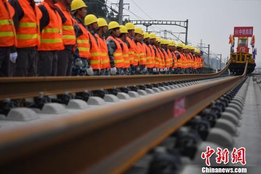 成贵高铁全线1月5日开始铺轨,图为铺轨现场。 张浪 摄