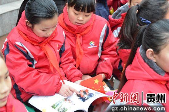 孩子们翻阅《冠军心路》