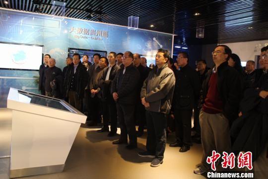 外交部驻外使节团在贵州大数据综合实验区展示中心参观。冷桂玉 摄