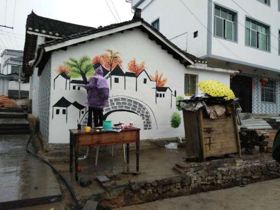贵州碧江:40余名大学生手绘美丽乡村