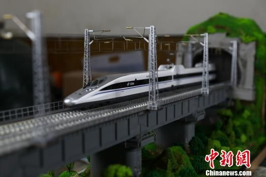 《大山里的彩虹》--渝贵铁路模型。 贺俊怡 摄