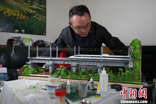 殷亮向记者展示自己的模型成果。 贺俊怡 摄