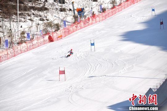 """图为,""""2018年世界雪日暨国际儿童滑雪节""""贵州六盘水分会场活动启幕,孩子们体验冬日滑雪运动的乐趣。 王林成 摄"""