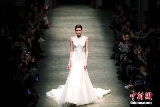 1月16日,顶级婚纱品牌在上海发布2018新款婚纱,简约精致的奢华设计