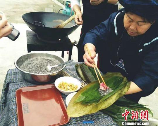 制作贞丰糯食的老手艺人陆朝英。 贞轩 摄