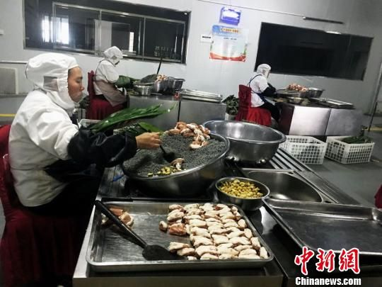 """""""胖四娘食品厂""""里数百年传承不变的布依糯食。 杨云 摄"""
