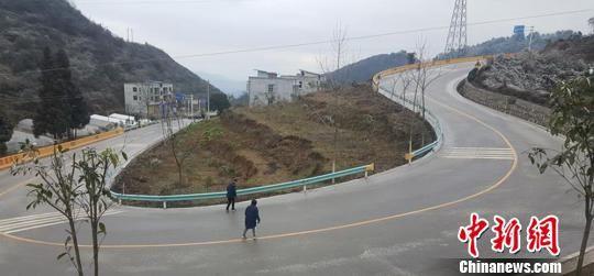 贵州省遵义市道真县海拔在1000米以上的路段出现道路结冰 秦仁艳 摄
