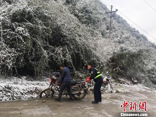 图为务川警方劝阻车辆在凝冻路段通行。 务川警方供图