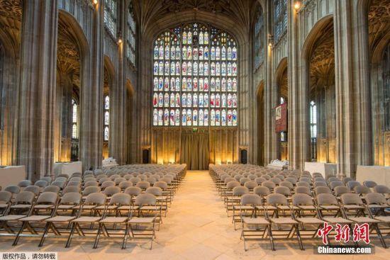 教堂内厅是举行宗教仪式和举行嘉德骑士勋章获得者每年朝觐国王的庆典的场所。嘉德骑士勋章是英国的最高荣衔。每一位嘉德骑士在厅内都有固定的席位,席位后面的墙壁上悬挂着每位骑士的盔甲、佩剑和旗帜。