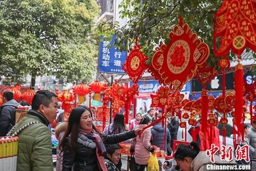 2月12日,民众在乡场上选购福字。 中新社记者 贺俊怡 摄