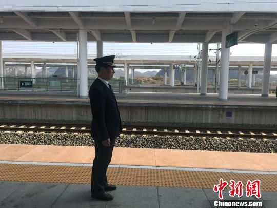 杜师傅正在高铁站内引导乘客有序上下车。马旭 摄