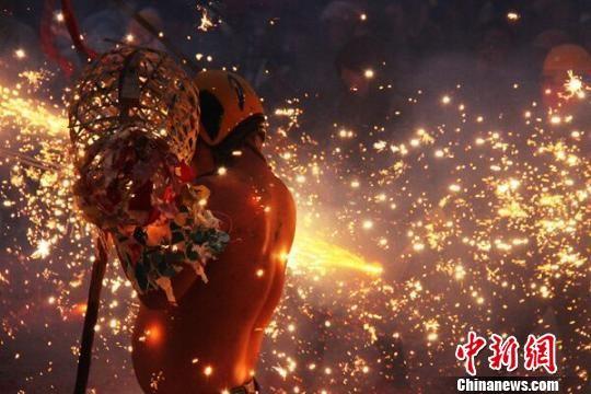 """贵州省思南县土家""""炸龙""""闹元宵活动现场。思南宣传部供图"""