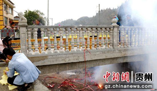 施秉县城关镇白塘村赖洞坝组杨氏家族自筹资金2万多元、义务投劳新建成的桥,该家族首次祭祀中。