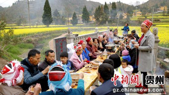 施秉县城关镇白塘村赖洞坝组杨氏家族自筹资金2万多元、义务投劳新建成的桥,本家族的重要客人在桥上吃饭、对歌。