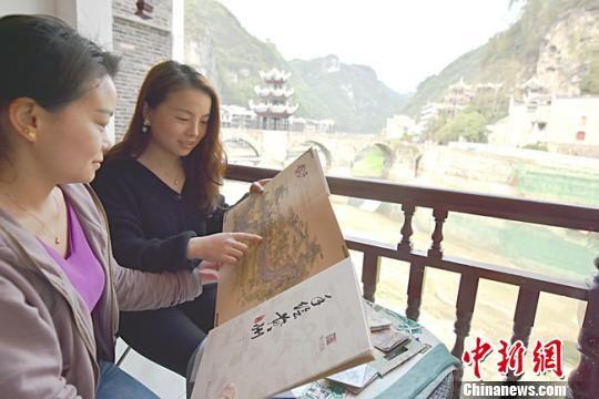 游客在欣赏文创产品。 李安生 摄