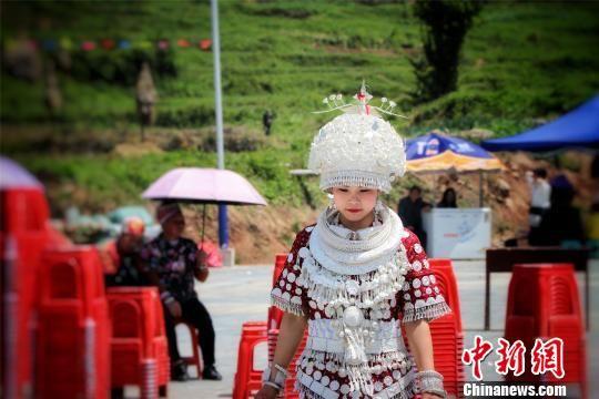 参加芦笙节的苗族少女。 李忠果 摄
