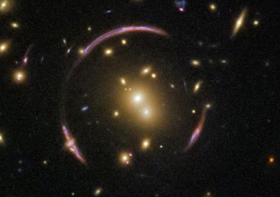 近日,NASA在官网上公布了一张由哈勃望远镜拍摄到的爱因斯坦环的图片。照片中央是一个星系团,名为SDSS J0146-0929,这里聚集着数百个星系,被强大的引力束缚在一起。这个星系团的质量足够大,以至于严重扭曲了它周围的时空,形成了环绕这个星系团的奇怪环线,这就是著名的爱因斯坦环。 图片来源:NASA官网
