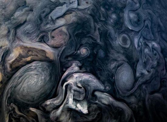 木星质量相当于太阳系其他行星质量之和的2.5倍,是地球质量的318倍。但木星是一个不折不扣的气体行星,大气成分中有90%是氢,就像是氢气球。其余主要成分就是氦,还有少量其他元素。所以木星比地球的密度小,大概只比水重30%。 图片来源:NASA官网
