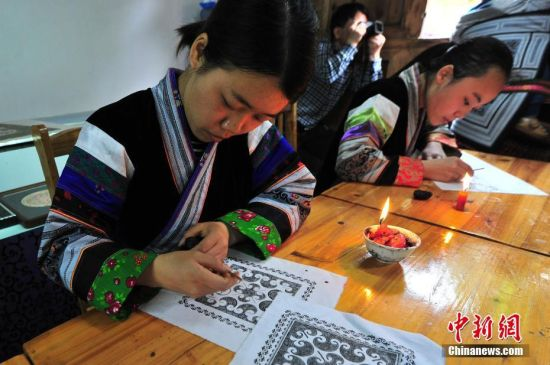 4月11日,手工艺人在绘制蜡画。当日,在贵州省织金县官寨苗族乡小妥倮村一家蜡染合作社内,蜡染手工艺人正在绘制蜡画。蜡染是织金苗族最普遍、最有名的工艺美术,当地居民通过老传少、母传女、或相互学习将蜡染技艺一代一代地传承下去。苗族蜡染于2015年1月入选贵州省人民政府非物质文化遗产传统技艺类名录。 中新社记者 陈威 摄