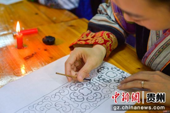蜡染手工艺人在绘制蜡画 龚小勇摄