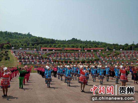 贵州·湄潭第二届千人苗舞在象山举行。石小杰 摄