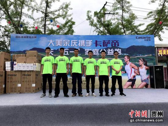 来自余庆县公安局的姚永奇和他的5名队员正在为今天男子组的比赛做准备。