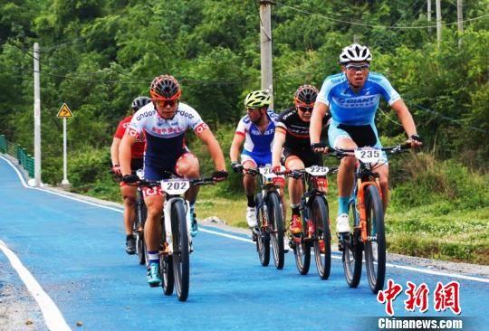2018首届中国·长顺国际山地自行车大赛比赛现场。 陈波 摄