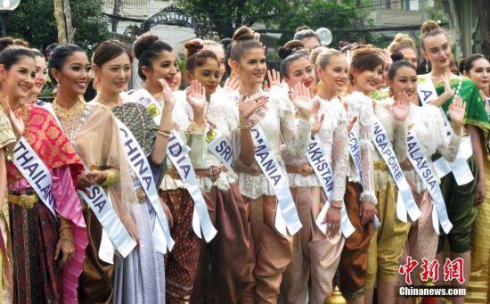 5月10日,2018年国际旅游小姐冠军总决赛在泰国曼谷举行,来自55个国家和地区的参赛佳丽在曼谷参观皇宫、寺庙、文化展览。图为参赛的中国佳丽吴丹(左三)与其他国家和地区的佳丽一同亮相曼谷。 中新社记者 钱兴强 摄