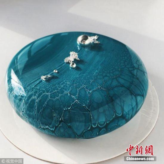 5月23日消息,在加拿大温哥华,烘焙师Ksenia Penkina运用特殊工艺制作的镜面慕斯蛋糕,简直是美食与艺术的完美结合,让人不忍下口!这种堪称艺术品的蛋糕做起来一点也不容易,制作流程就要花三天时间,但是成品不仅颜值高,味道也是一流!蛋糕采用的都是天然原材料:纯正的奶油、牛奶、水果、浆果,以及天然成分的可食用色素。这些高级材料,特别是巧克力,也是蛋糕可以形成镜面的关键因素。 图片来源:视觉中国