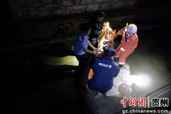 赌博开户:贵州普安:两人夜游掉进河沟_消防紧急施救