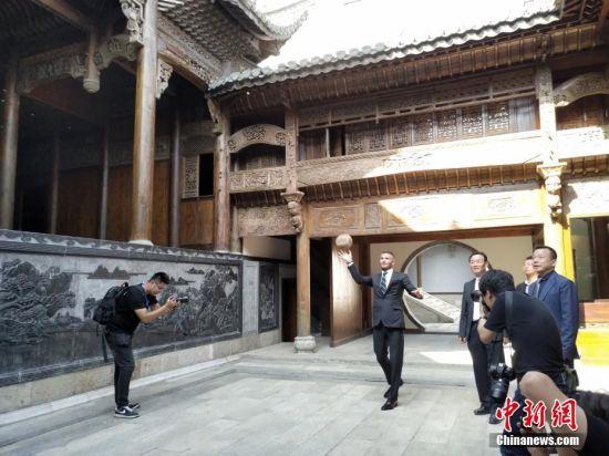 6月6日,贝克汉姆在祠堂内玩蹴鞠。当日,足球明星大卫・贝克汉姆参加在安徽蚌埠中华古民居博览园举行的G-EXPO世界足球峰会。中新社发 钟欣 摄
