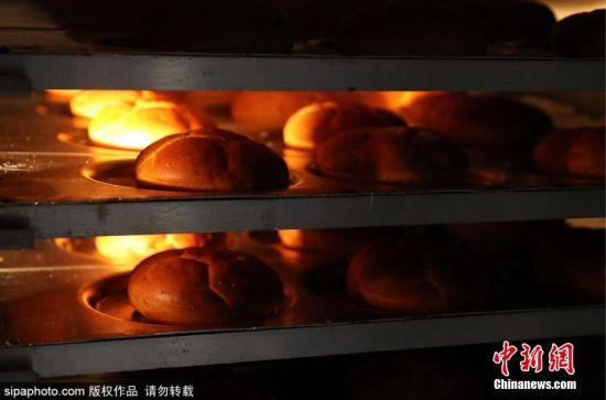 当地时间2018年6月6日,俄罗斯莫斯科,当地面包店打造足球造型的面包,迎接2018世界杯到来。 图片来源:Sipaphoto 版权作品 请勿转载
