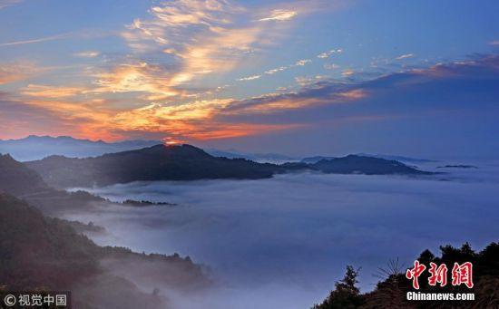 6月7日,在安徽黄山齐云山风景区拍摄的壮美云海。当日早晨,安徽齐云山风景区雨后初霁,云海翻腾,美若仙境,在晨曦朝霞照射下,蔚为壮观。施广德 摄 图片来源:视觉中国