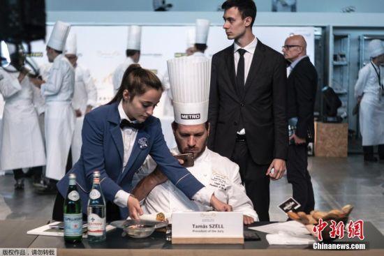 当地时间6月11日,2018年博古斯世界烹饪大赛欧洲赛区在意大利都灵举行,陪审团主席Tamas Szell正在对作品进行拍照。